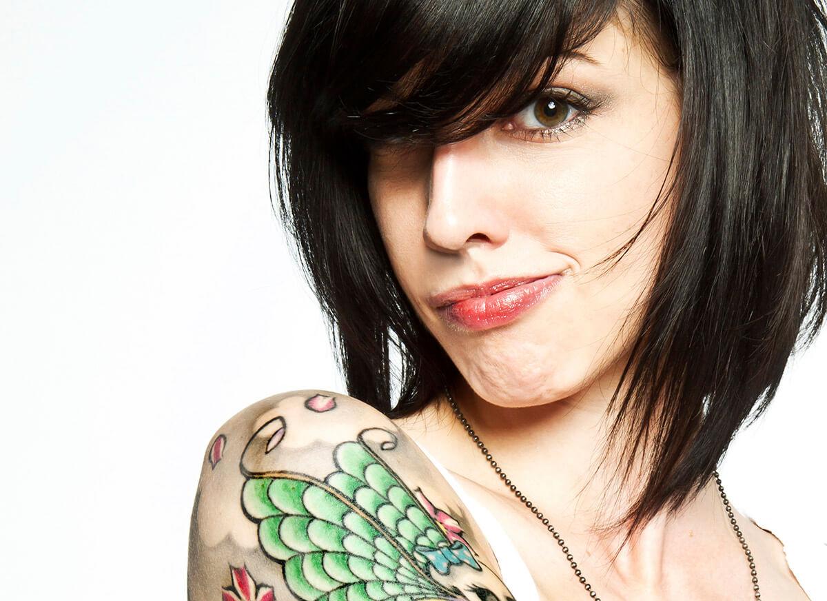 Junge Frau mit Tattoos und individueller Optik